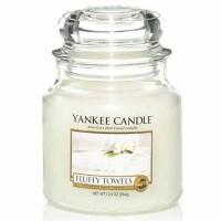Świeca średnia Yankee Candle Fluffy Towels