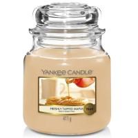 Świeca średnia Freshly Tapped Maple Yankee Candle